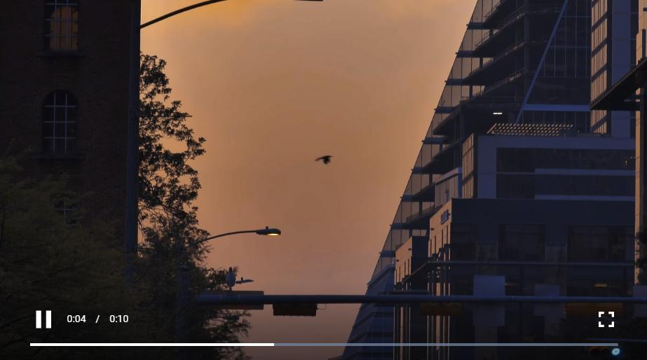 日落时分,大城市大道上的汽车