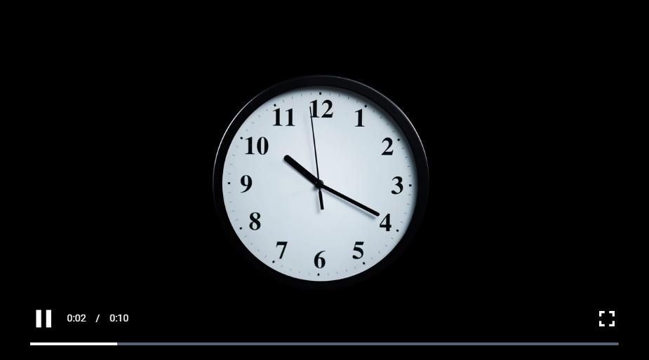 慢接近黑色背景上的时钟,免版权视频免费下载