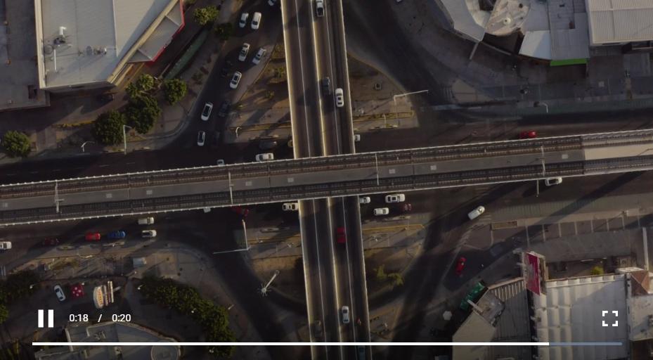 免费视频素材,车辆在路口的道路上行驶