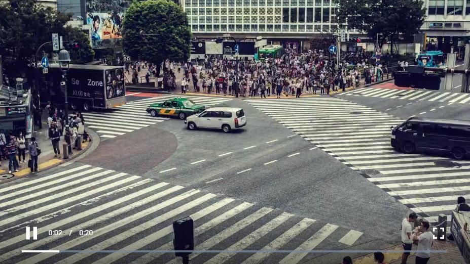 人群穿过街道交叉点