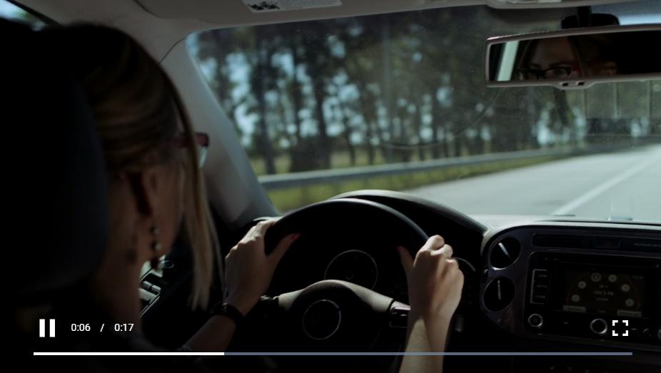 开车在路上的金发女人