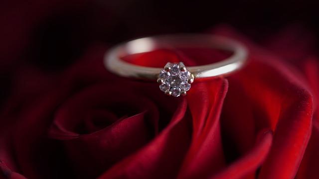 Diamond Ring Ring Diamonds  - Mylene2401 / Pixabay